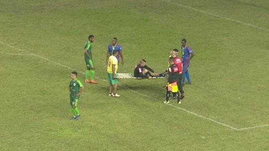 Árbitro é retirado de maca em jogo que valia vaga na semifinal do 2º turno do Acreano; vídeo