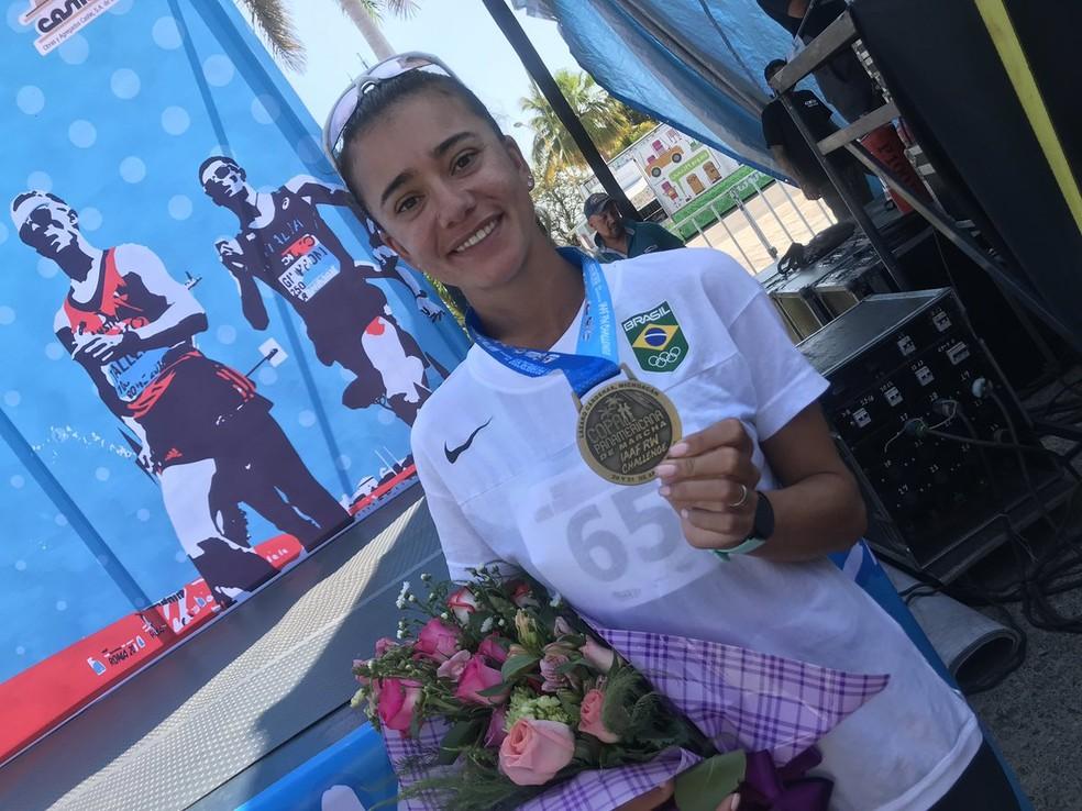 Erica Sena exibe medalha de ouro na marcha atlética, em challenger do México — Foto: Divulgação