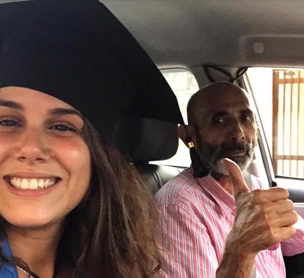 Roberta e o pai, no dia da formatura, em Santos — Foto: Roberta Mascena