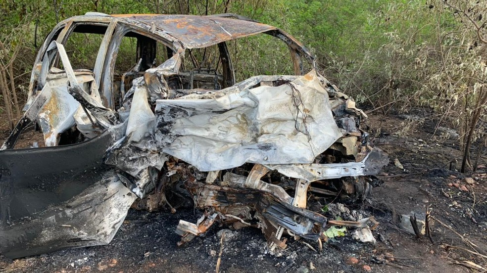 Caminhonete foi destruída após colisão e incêndio no município de João Câmara, no RN — Foto: Anna Alyne Cunha/Inter TV Cabugi
