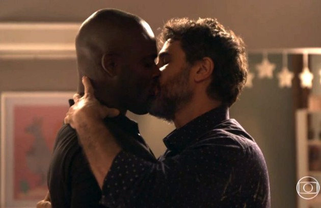 Cido (Rafael Zulu) e Samuel (Eriberto Leão) se beijaram na reta final de 'O outro lado do paraíso' (Foto: TV Globo)