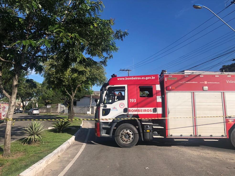 Viatura dos bombeiros está perto do carro por precaução — Foto: Fábio Linhares/TV Gazeta
