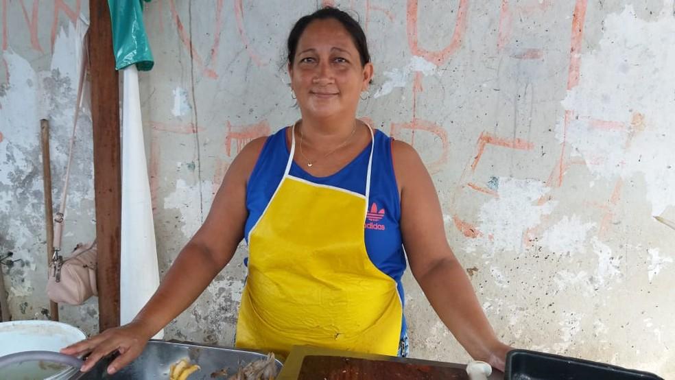 Nélia Ramos, vendedora de aves há 11 anos — Foto: Jorge Abreu/G1