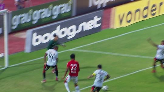 Mailson chuta cruzado, mas bola passa entre as pernas de Carlinhos, que não consegue concluir a 1 do 2º tempoa jogada