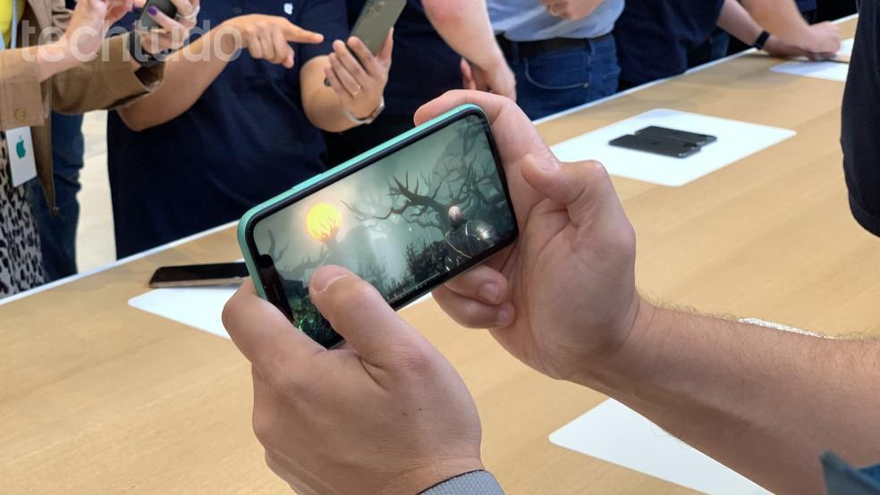 Representantes dizem que o iPhone 11 mantém alto desempenho gráfico por tempo prolongado — Foto: Thássius Veloso/TechTudo