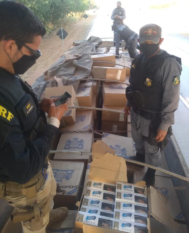 Ação da PM e PRF apreendeu mais de 280 mil maços de cigarro — Foto: Polícia Militar