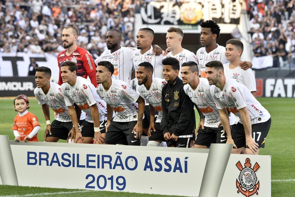 Jogadores titulares do Corinthians na partida contra o Botafogo — Foto: Marcos Ribolli