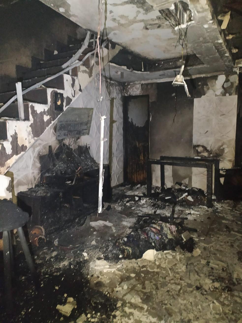 Interior da casa ficou completamente destruído em Cabo Frio, no RJ — Foto: Defesa Civil/Divulgação