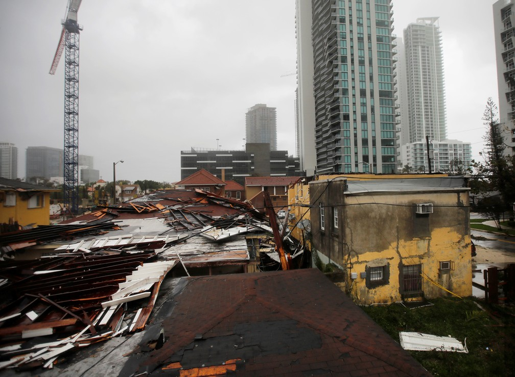Telhados destruídos em áreas residenciais são vistos enquanto o furacão Irma passa ao sul da Flórida, em Miami (Foto: Carlos Barria/Reuters)