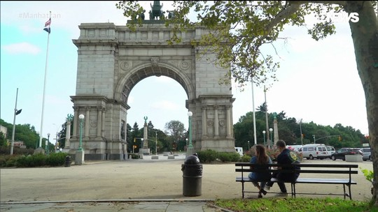 Pedro Andrade confere o Gran Army Plaza no Brooklyn