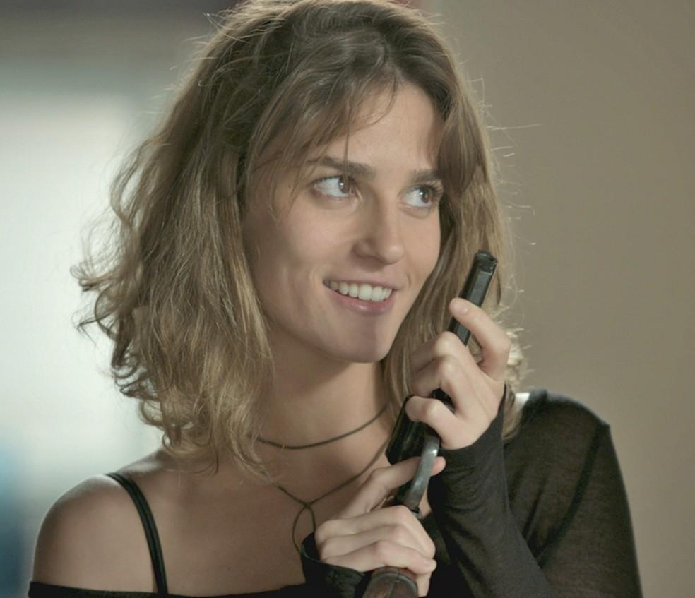 Sofia (Priscila Steinman) mostra a arma e faz pedido  — Foto: TV Globo