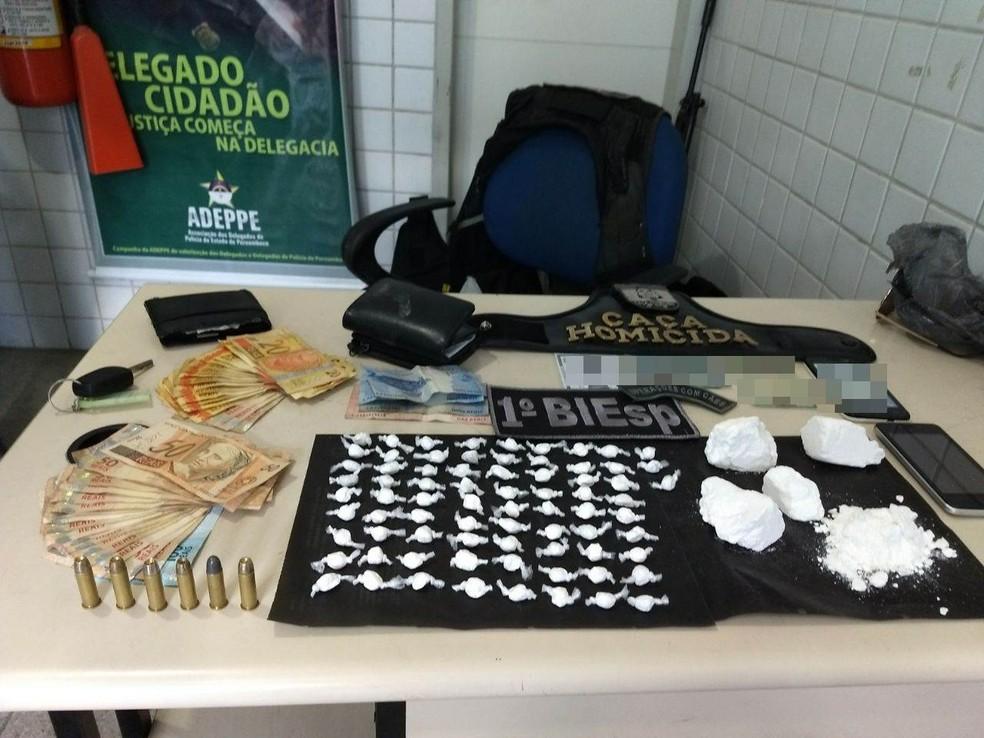 Droga e dinheiro apreendidos com a dupla suspeita de tráfico foram levados para a delegacia (Foto: Polícia Militar/Divulgação)