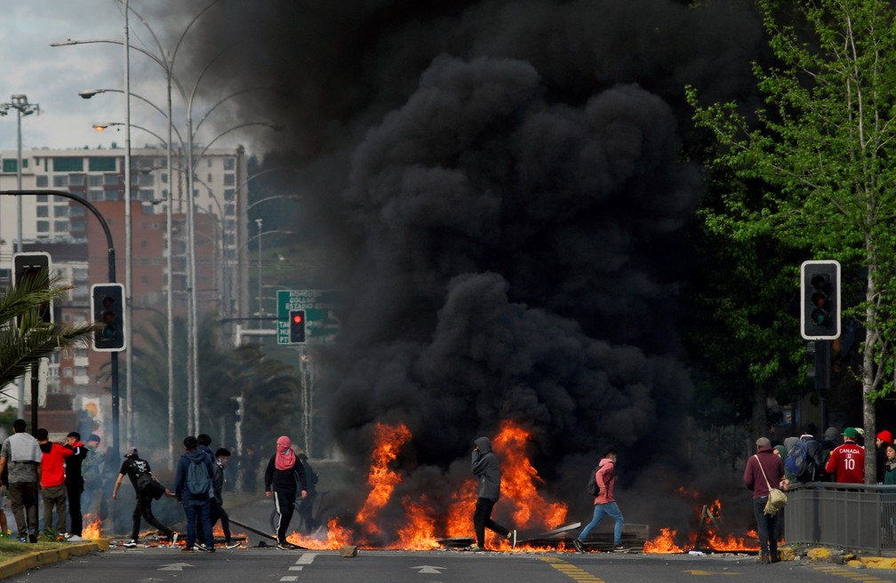 Manifestantes bloqueiam as ruas de Concepción, no sul do Chile, no domingo (20) — Foto: Jose Luis Saavedra/Reuters