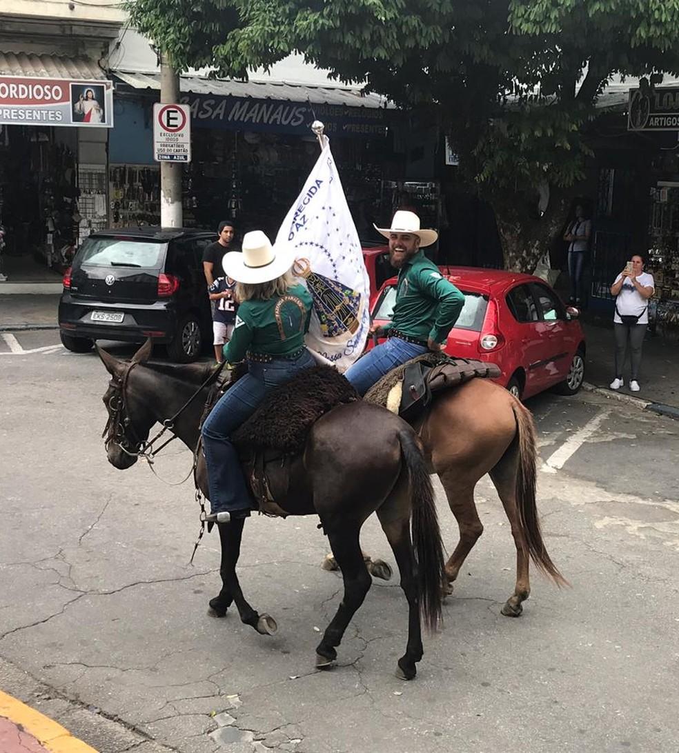 Zé Neto com bandeira de Nossa Senhora de Aparecida — Foto: Pedro Melo/ TV Vanguarda