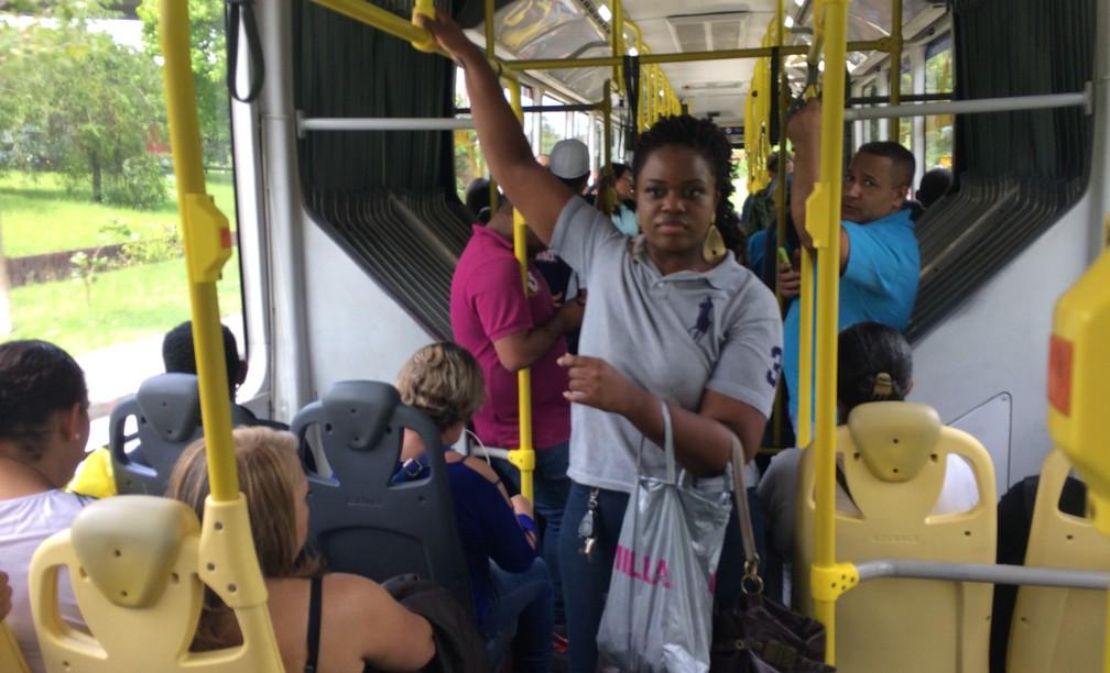 Jéssica Bomfim, 25 anos, vende balas em ônibus para tentar fazer faculdade, pagar pensão dos dois filhos e também o aluguel (Foto: Glauco Araújo/G1)