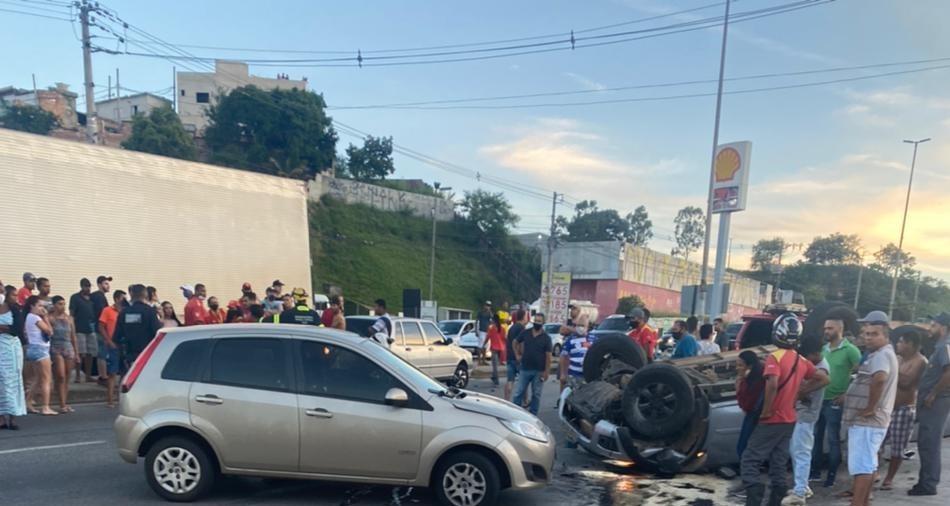 Veículo capota na Via Expressa, em Contagem, e deixa uma pessoa morta