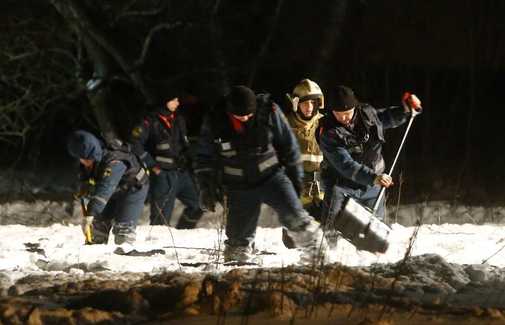 Equipes de emergência trabalham nos arredores de Moscou após a queda do avião que deixou 71 mortos neste domingo (11) (Foto: Reuters/Sergei Karpukhin)