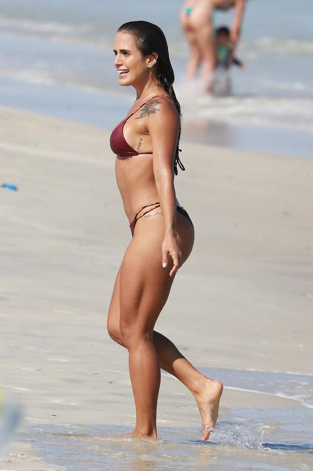 Carol Peixinho curte praia na Barra da Tijuca (Foto: Dilson Silva/AgNews)