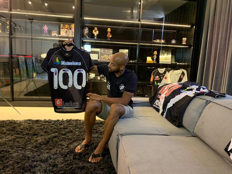Fellipe Bastos mostra camisa comemorativa de jogo 100 — Foto: Bruno Giufrida
