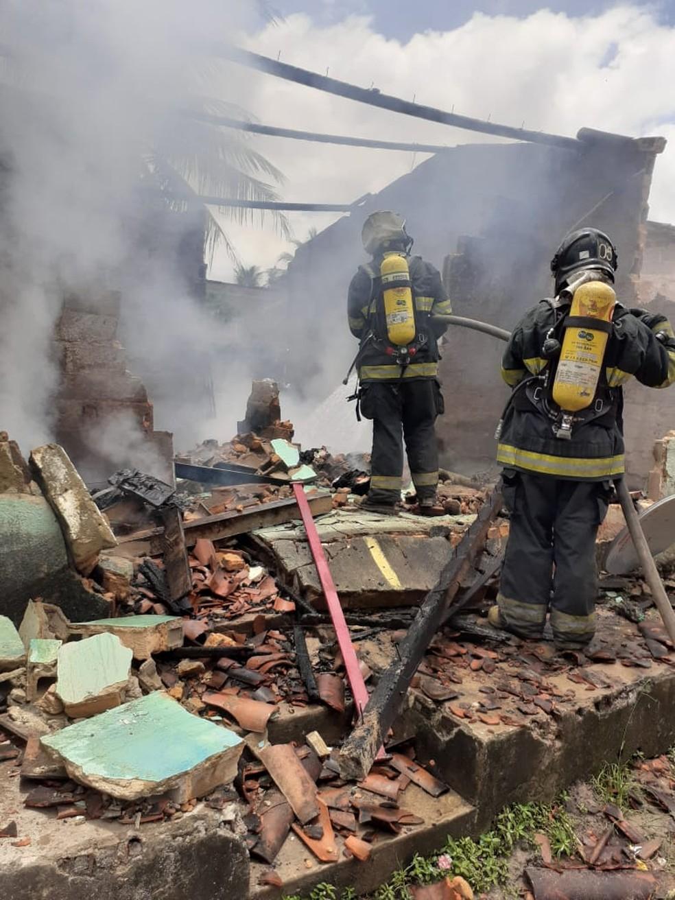 Trabalho de combate a incêndio em residência em Marechal Deodoro — Foto: Corpo de Bombeiros
