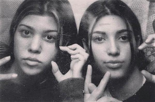 Kim Kardashian e Kourtney Kardashian em 1994 no rancho Neverland (Foto: Instagram)