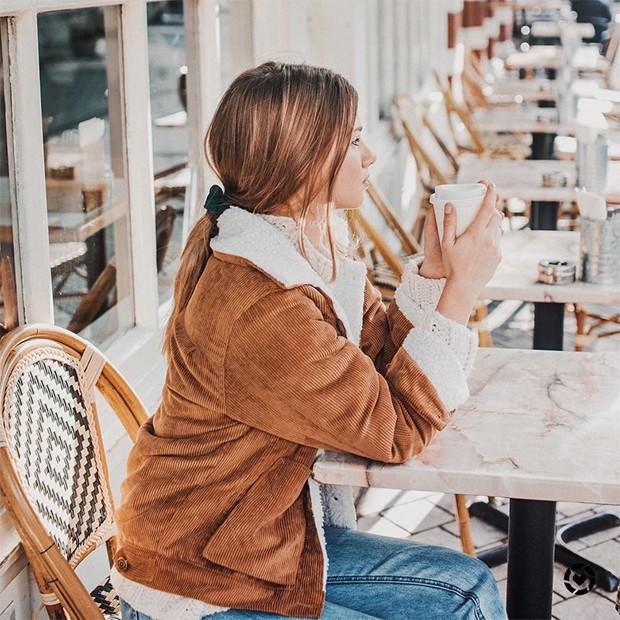 O veludo cotelê é a tendência atemporal que você vai querer no seu guarda-roupa (Foto: Instagram / Iga Wysocka)