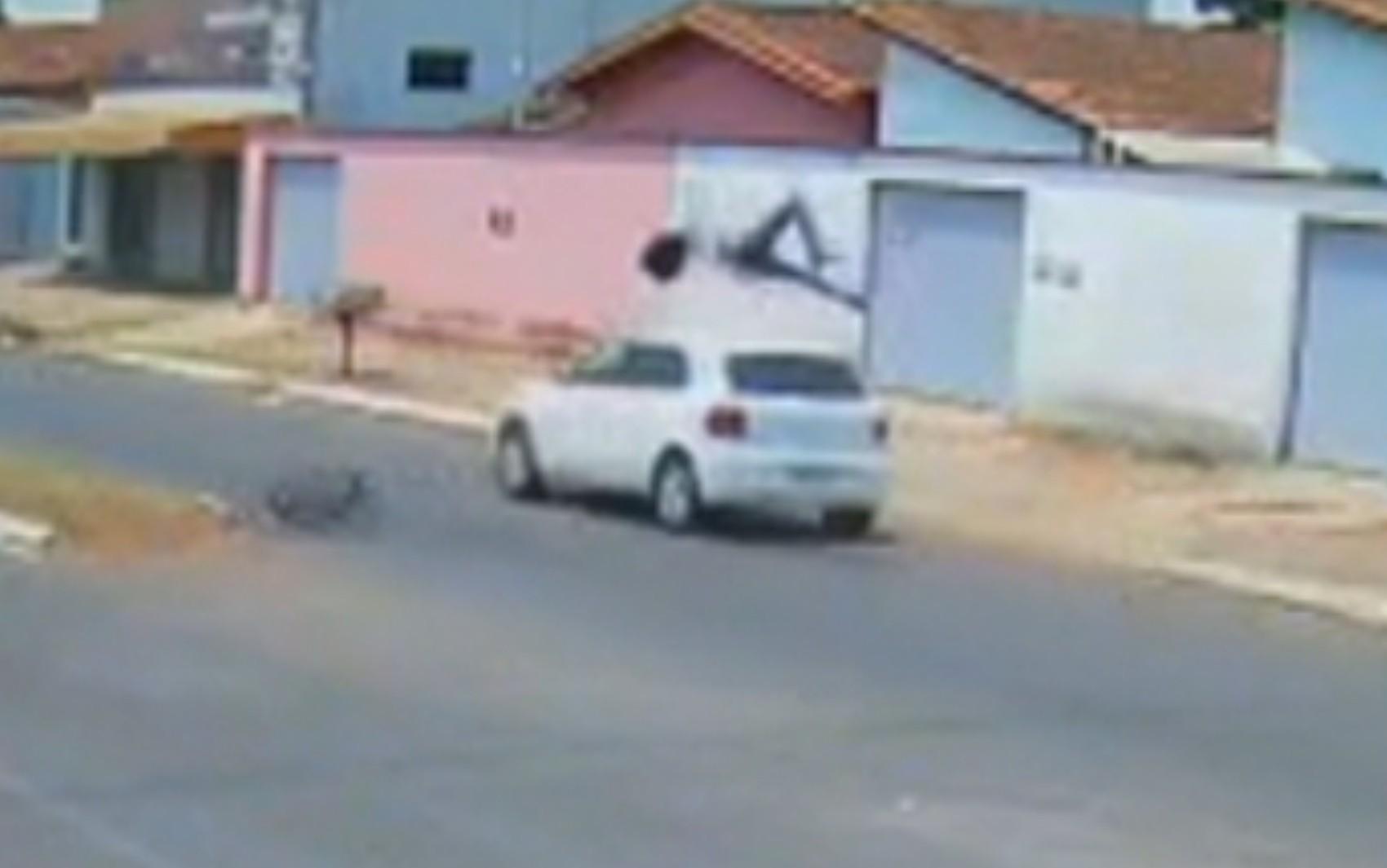 Ciclista é arremessado e gira no ar após ser atingido por carro em avenida de Itaberaí; vídeo