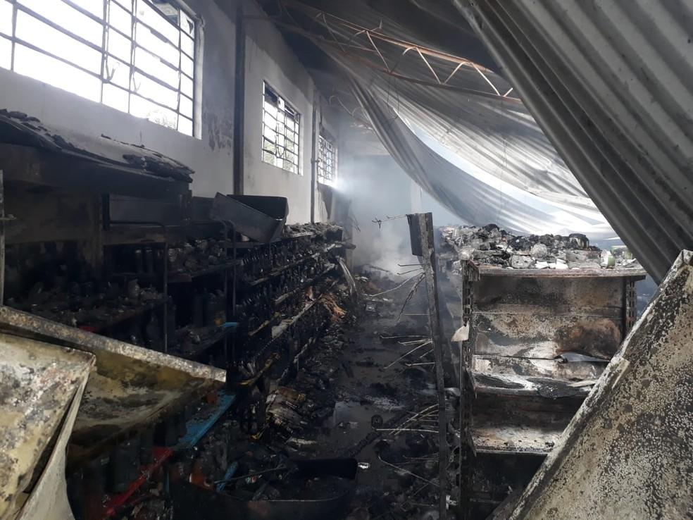Bombeiros trabalharam por duas horas para fazer o controle das chamas — Foto: Corpo de Bombeiros/Divulgação