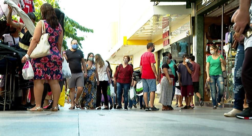 População usa máscara no Centro de Ribeirão Preto, SP — Foto: Reprodução/EPTV