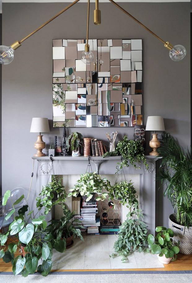 Décor do dia: sala de estar com home office e muitas plantas (Foto: West Elm/Divulgação)