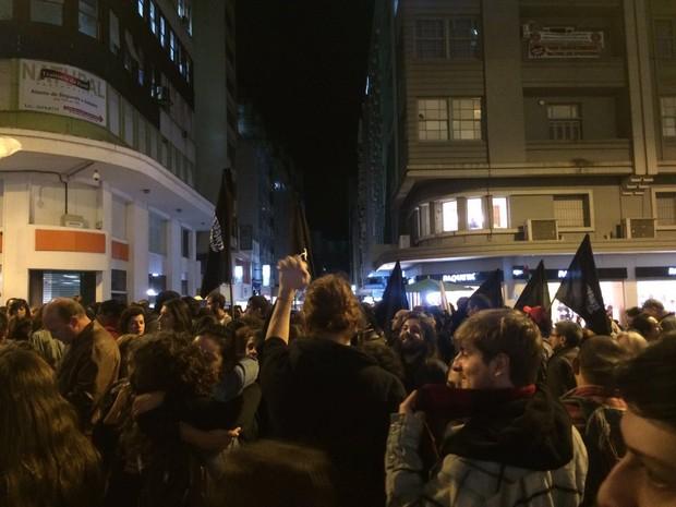 Após concentração na Esquina Democrática, grupo fez caminhada (Foto: Fábio Almeida/RBS TV)