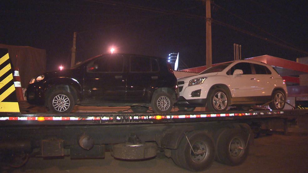 Carros foram guinchados pelo Detran após confusão em blitz no DF (Foto: TV Globo/Reprodução)