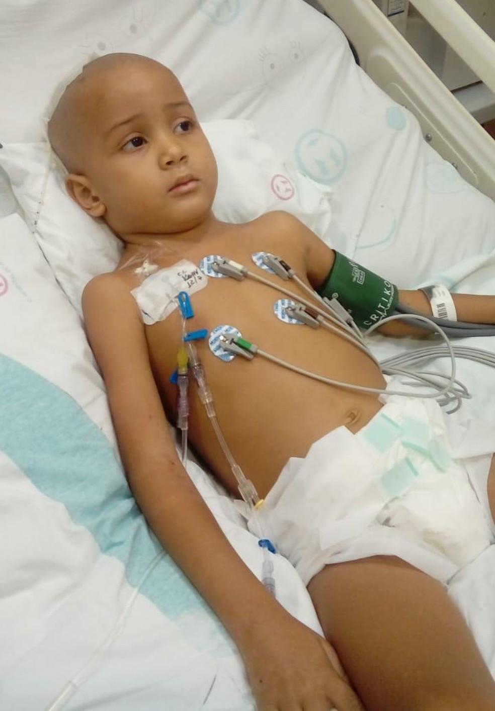 Enzo ficou nove horas na sala de cirurgia para retirar tumor — Foto: Arquivo Pessoal