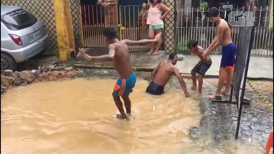Buraco aberto para obra vira 'piscina' no meio da rua no Recife