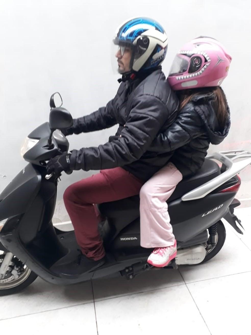 Criança na garupa, apenas a partir dos 7 anos de idade, com a postura correta e com capacete apropriado. Foto divulgação Sanmell. (Foto: Divulgação Sanmell Motos)