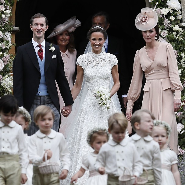 ENGLEFIELD, ENGLAND - MAY 20:  Pippa Middleton and James Matthews smile as they are joined by Catherine, Duchess of Cambridge, right, after their wedding at St Mark's Church onMay 20, 2017 in Englefield, England.Middleton, the sister of Catherine, Duchess (Foto: Getty Images)