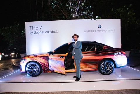 Do lado de fora do MOTY, Gabriel Wickbold posa com o carro customizado por ele