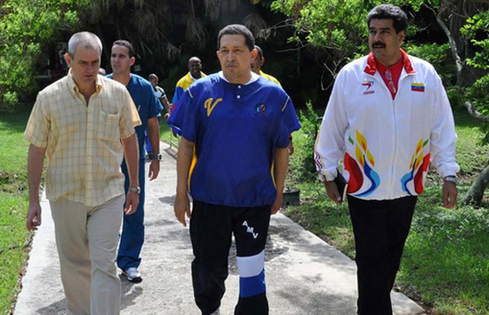Imagem de arquivo mostra o então presidente da Venezuela Hugo Chávez caminha ao lado do chanceler de seu governo, Nicolás Maduro (à direita) (Foto: AP )