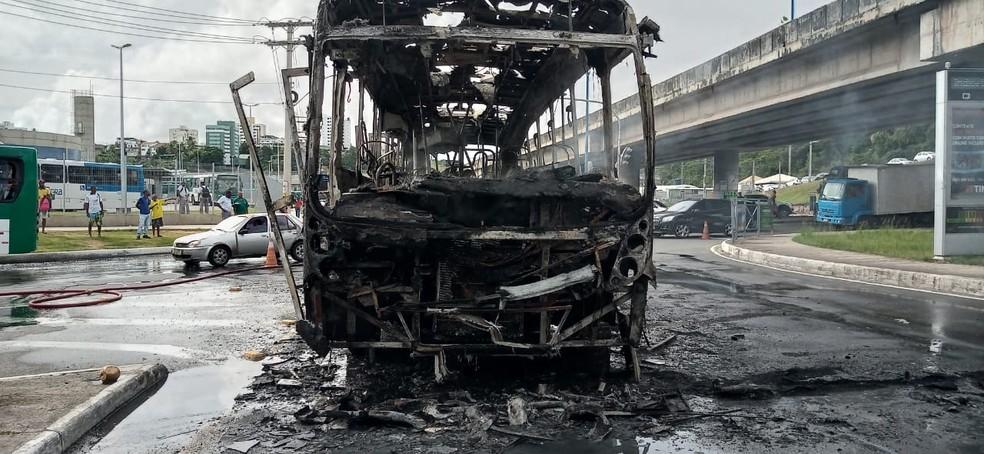 Ônibus pegou fogo na manhã desta sexta-feira (14), em Salvador — Foto: Cid Vaz/TV bahia