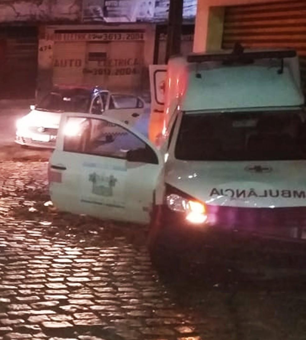 Ambulância bateu após perseguição e adolescentes foram apreendidos  — Foto: PMRN/Divulgação