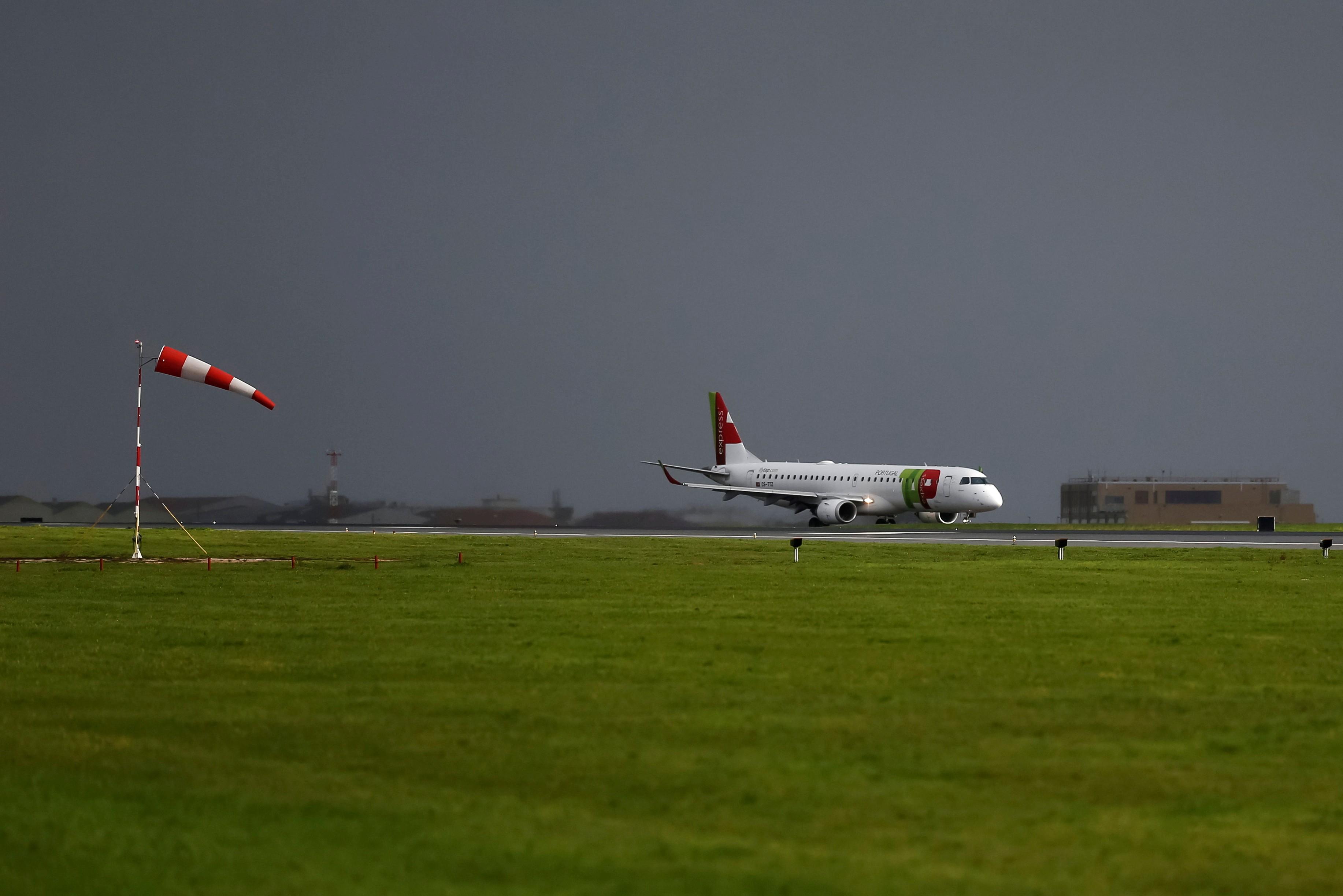 Avião da TAP no aeroporto de Lisboa, em Portugal