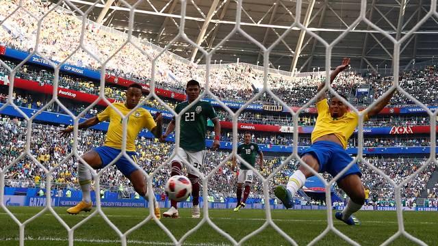 Neymar se estica para fazer o gol contra o México