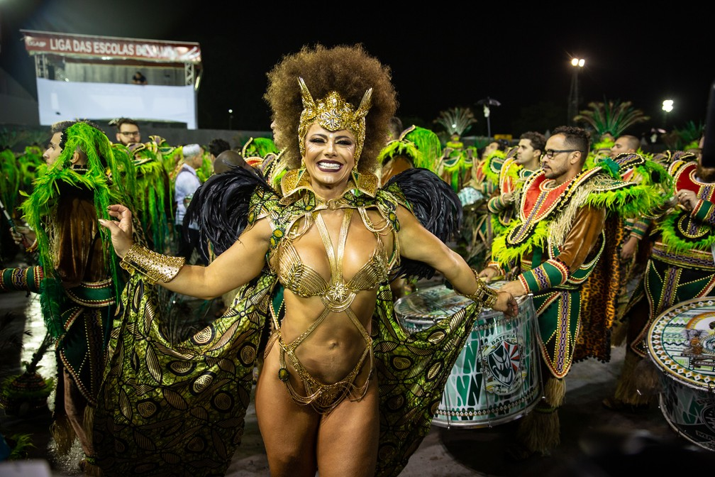 Atriz Viviane Araújo desfila pela Mancha Verde no sambódromo — Foto: Fabio Tito/G1
