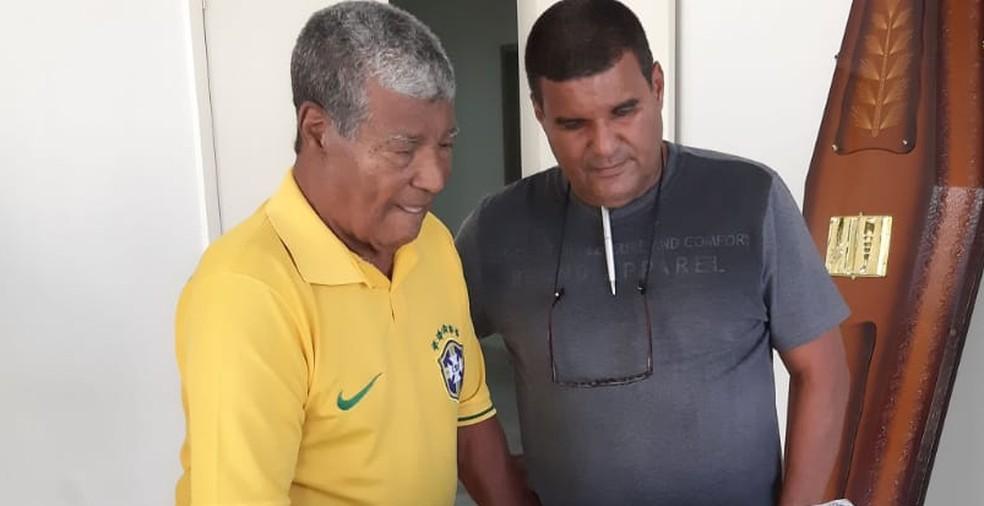 Jair Marinho, com o filho, no velório de Altair — Foto: Sérgio Rangel