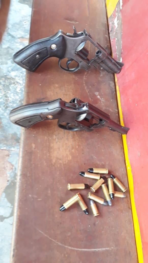 Dupla é presa com armas de fogo após assaltarem motorista de lotação em Boa Vista