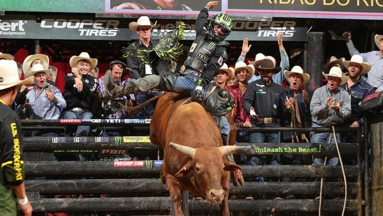 Peão brasileiro José Vitor Leme em etapa do Mundial da Professional Bull Riders (PBR) (Foto: Divulgação)