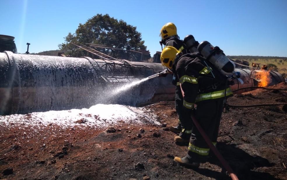 Bombeiros utilizam líquido gerador de espuma para conter o fogo na BR-435, em Goiás — Foto: Corpo de Bombeiros/Divulgação
