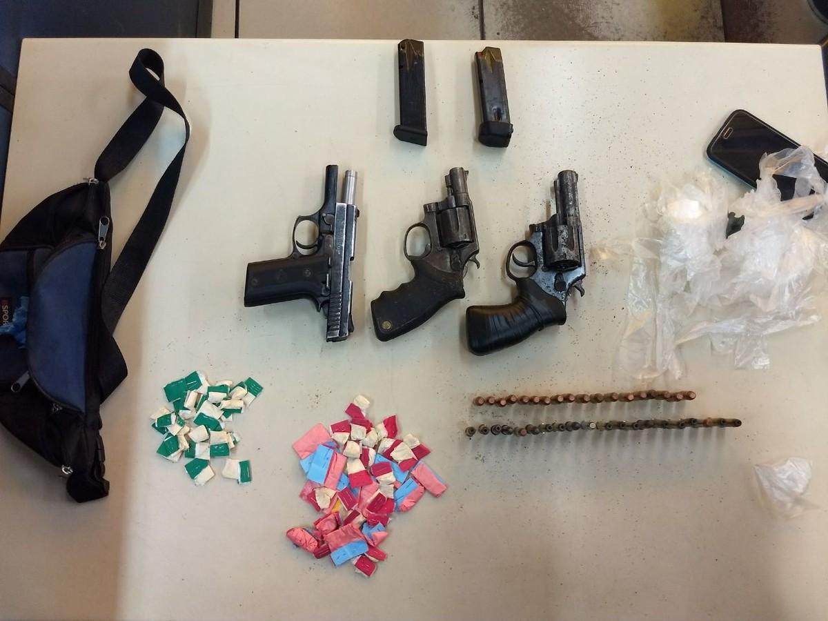 Homem é detido com cocaína, revólveres e pistola em Itaperuna, no RJ