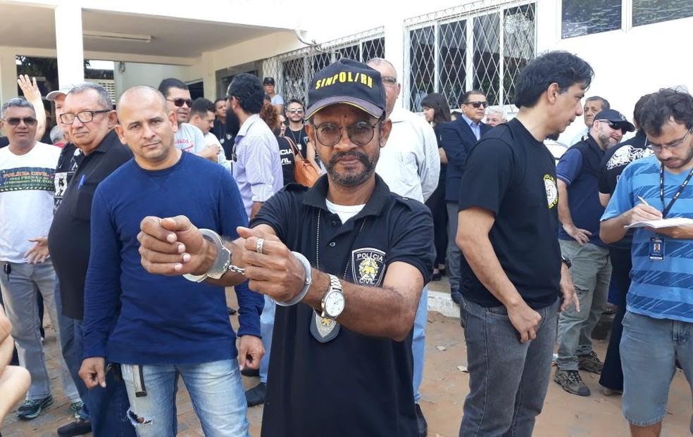Policial Severino Bezerra, de 52 anos, se algemou na Delegacia Geral de Polícia Civil (Foto: Sinpol/Divulgação)