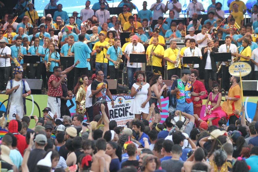 'Orquestrão' tomou conta do palco no Marco Zero (Foto: Marlon Costa/Pernambuco Press)